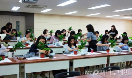 지난해 동아대 입학사정관제 전공체험 프로그램을 통해 조경학과를 체험하고 있는 고등학생들.