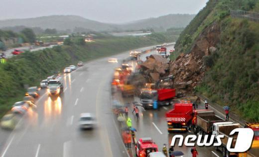 [사진]고속도로 덮친 토사