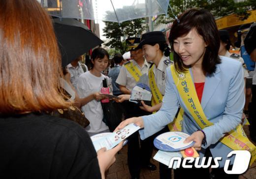 [사진]홍보물 나눠주는 조윤선 장관