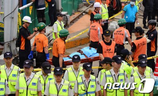 119 특수구조대원들이 17일 오전 서울 동작구 노량진동 배수지 상수도관 공사 수몰사고 현장에서 실종자 시신 1구를 수습하고 있다.  News1 정회성 기자