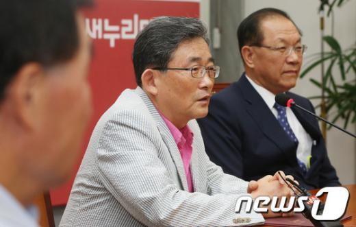 [사진]인사말하는 이한구 당헌당규개정특위원장