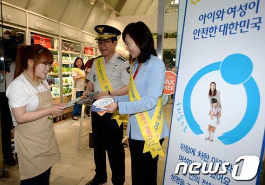 [사진]캠페인 참여 매장 방문한 조윤선 장관과 이성한 경찰청장