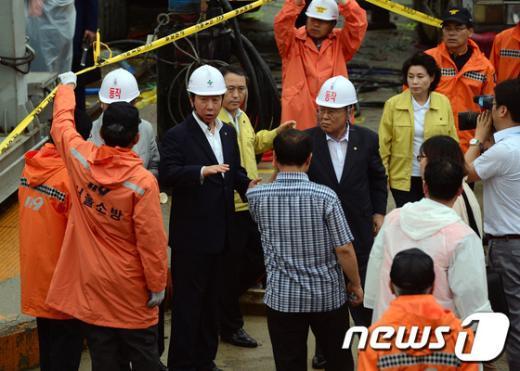 [사진]노량진 수몰사고 구조대 격려하는 새누리당 김성태