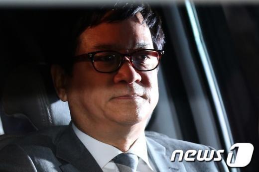 해외비자금 조성 의혹 사건으로 구속영장이 발부된 이재현 CJ그룹 회장이 1일 밤 서울 서초동 중앙지검에서 차량에 올라 구치소로 향하고 있다.  News1 한재호 기자