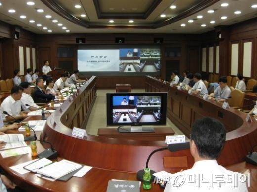 정부가 지난 28일 개최한 '행정기관 영상회의 활성화 정책공유 워크숍'. 4개 정부청사(서울, 세종, 과천, 대전)를 연결한 영상회의로 개최했다. /사진=안전행정부