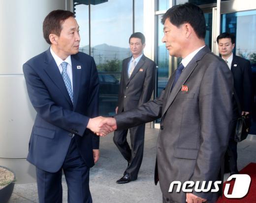 [사진]악수하는 남북 실무회담 수석대표