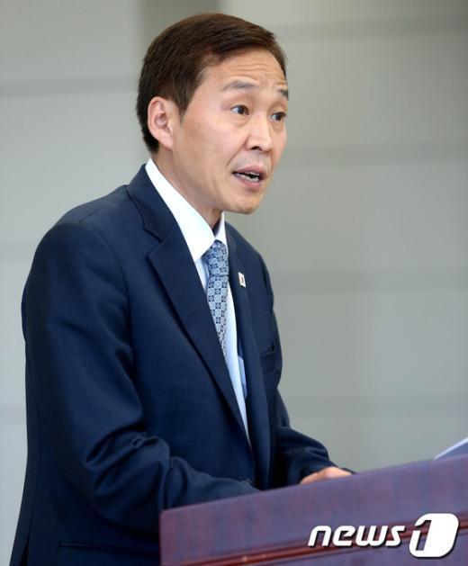 [사진]브리핑하는 김기웅 남측 수석대표