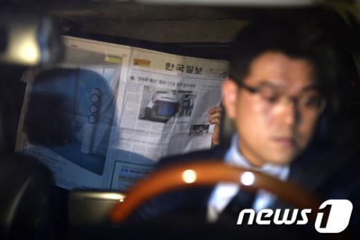 """[사진]""""한국일보""""로 얼굴 가린 장재구 회장"""