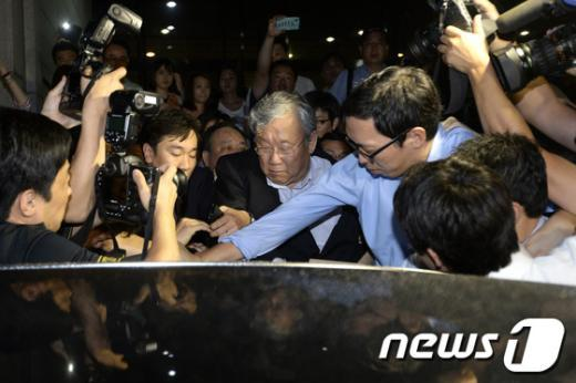 [사진]차에 올라타는 장재구 한국일보 회장