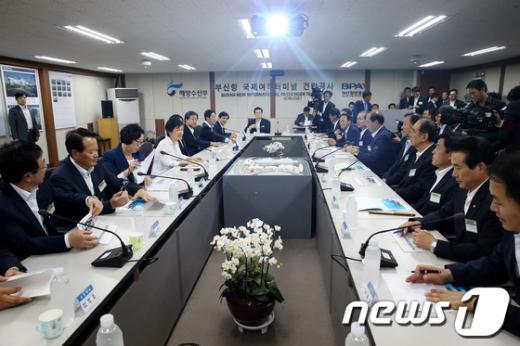 [사진]朴대통령, 부산 북항 재개발 현장 방문