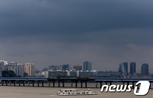 24일에는 장마전선의 영향으로 전국에서 비가 내릴 것으로 보인다.  News1 이광호 기자