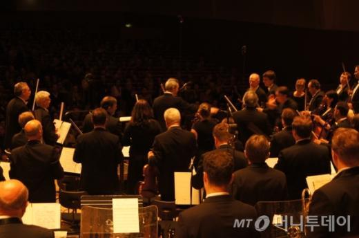 ↑연주가 끝나고 바이올리니스트 바딤 레핀과 지휘자 미하일 플레트네프가 인사를 하고있다. ⓒ사진=송원진