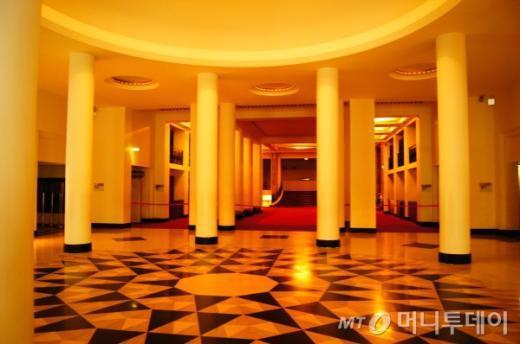 ↑ 바닥이 인상적인 콘서트홀 내부. 다른 극장들에 비해 로비가 참 아담하다. 양 옆 기둥들도 멋있다. ⓒ사진=송원진