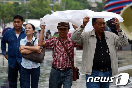 """[사진]""""우산이 없네"""""""