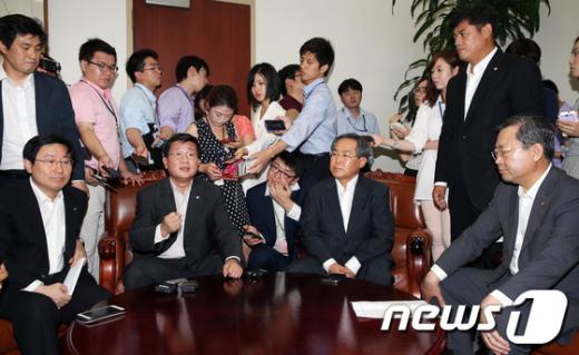 [사진]열람요청 위해 위원장실 찾은 민주당 열람위원들