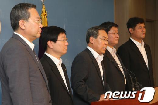 [사진]기자회견 하는 민주당 열람 위원들