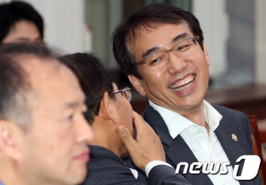[사진]미소짓는 이석준 기재부 2차관