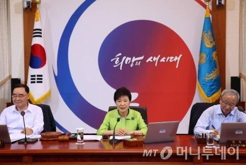 박근혜 대통령이 23일 청와대에서 국무회의를 주재하고 있다.(사진 오른쪽이 현오석 경제부총리 겸 기획재정부장관)<br /> <br />