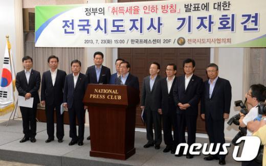 [사진]취재진 질문에 답하는 박원순 서울시장