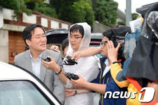 서울 연희동 전두환 전 대통령 자택 앞에서 취재진의 질문에 답하고 있는 정주교 변호사.  News1 정회성 기자