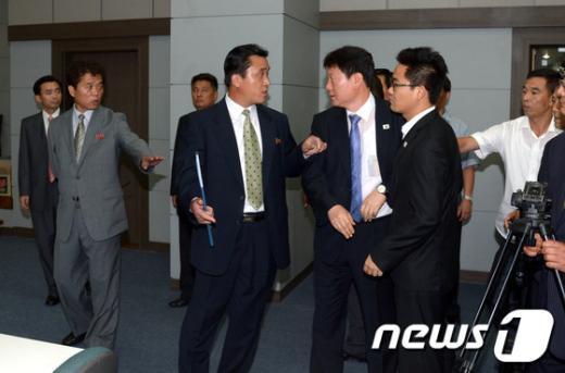 [사진]기자회견 두고 실랑이 벌이는 남북