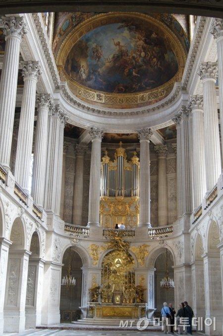 베르사유 궁전에 있는 파이프오르간과 멋진 천장화. ⓒ사진=송원진