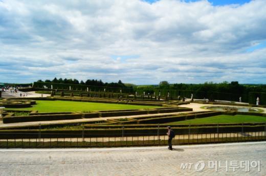 ↑베르사유 궁전 전시실 창 밖으로 보이는 아름다운 정원. ⓒ사진=송원진