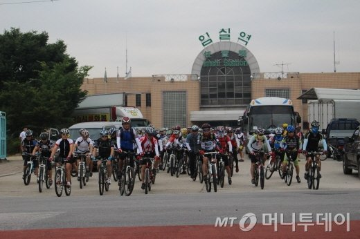임실역을 나서는 참가자들/사진=박정웅 기자