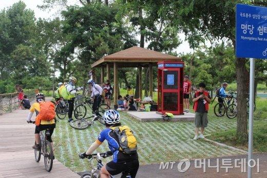 이틀 간 종주길만 148km를 달린 참가자들이 25일 종점인 광양 배알도인증센터에 들어섰다./사진=박정웅 기자