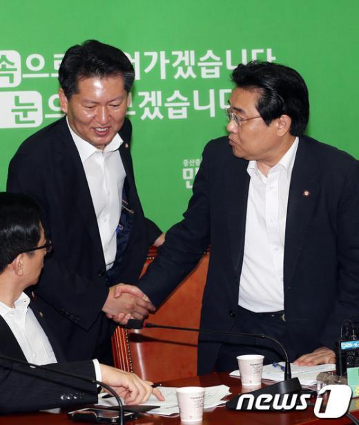 [사진]악수하는 전병헌-정청래