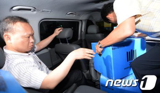 CJ그룹 세무조사 무마로비 의혹을 수사 중인 검찰이 30일 서울 서초동 전군표 전 국세청장의 자택에서 압수수색을 마친 뒤 압수품들을 차량에 옮기고 있다.  News1 박지혜 기자