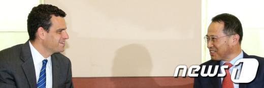 [사진]데이비드 코언과 이야기 나누는 김규현 차관