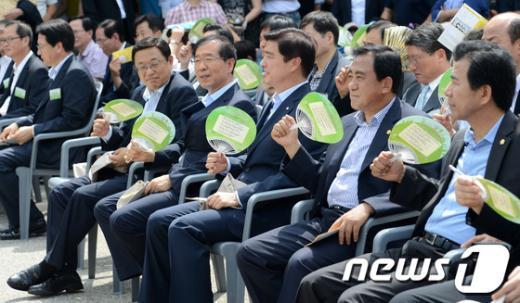 """[사진]박원순 시장, """"오늘 날씨 덥네"""""""
