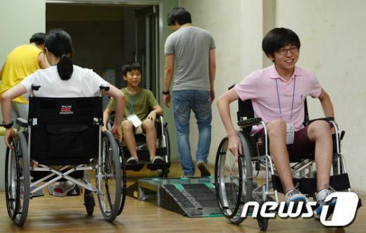 [사진]휠체어 체험하는 청소년들