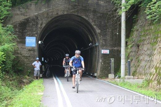 향가터널을 나서는 참가자들/사진=박정웅 기자