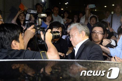 200억원대 배임 혐의로 고발된 장재구 한국일보 회장이 지난 17일 저녁 서울중앙지검에서 소환조사를 마친 후 귀가하던 중 취재진에 둘러싸여 있다. /뉴스1  News1 안은나 기자