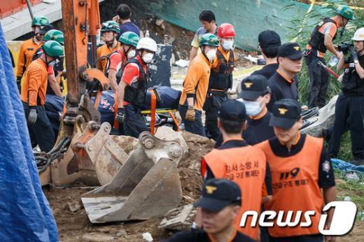 [사진]방화대교 붕괴 매몰 사고자 수습하는 구조대