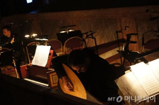 ↑ 바로크 음악에 쓰이는 악기인 챔발로와 류트. 헨델의 오페라 <알렉산드로> 인터미션중 류트연주자가 열심히 연습을 하고 있다. ⓒ사진=송원진