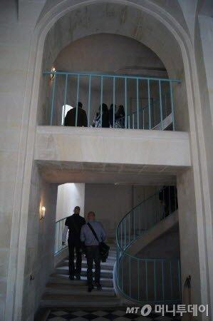 ↑ 로얄 오페라 극장 최고 꼭대기 좌석으로 가는 나선형 계단. ⓒ사진=송원진