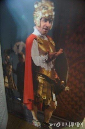 ↑ 헨델의 오페라 <알렉산드로>에서 주인공 알렉산드로 역을 맡은 카운터 테너 (브로셔에서). ⓒ사진=송원진