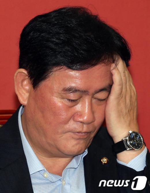 """[사진]최경환 """"골치 아프네"""""""
