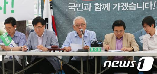 [사진]천막당사 최고위 주재하는 김한길 대표