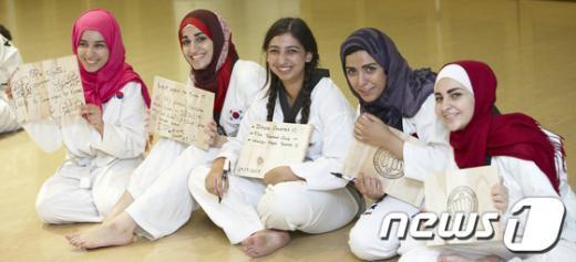 [사진]건국대 외국인학생들 태권도 체험
