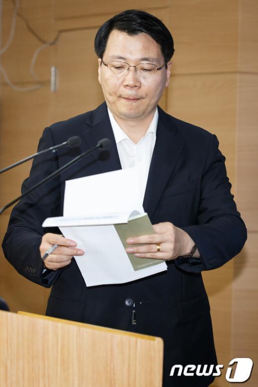 [사진]정례브리핑 들어서는 김형석 대변인