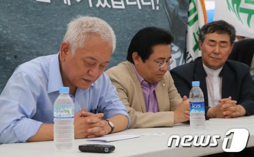 [사진]기도하는 김한길-전병헌