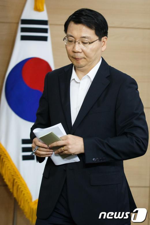 [사진]정례브리핑 마친 김형석 대변인