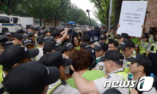[사진]아수라장 된 청와대 가는 길