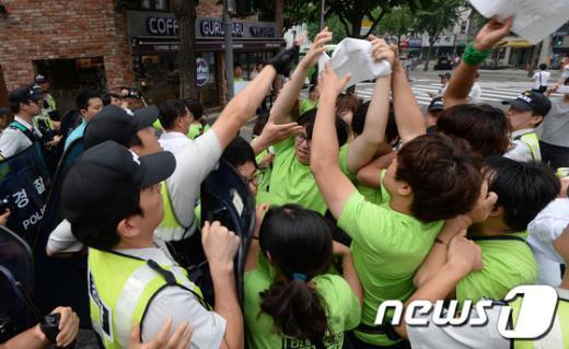 [사진]청와대 진입 시도하는 대선무효 운동본부