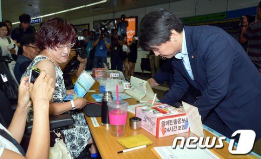 """[사진]안철수 """"장애인등급제 폐지 촉구"""" 서명"""