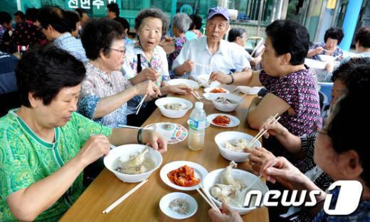 [사진]노원구, 어른신 위한 삼계탕 대접